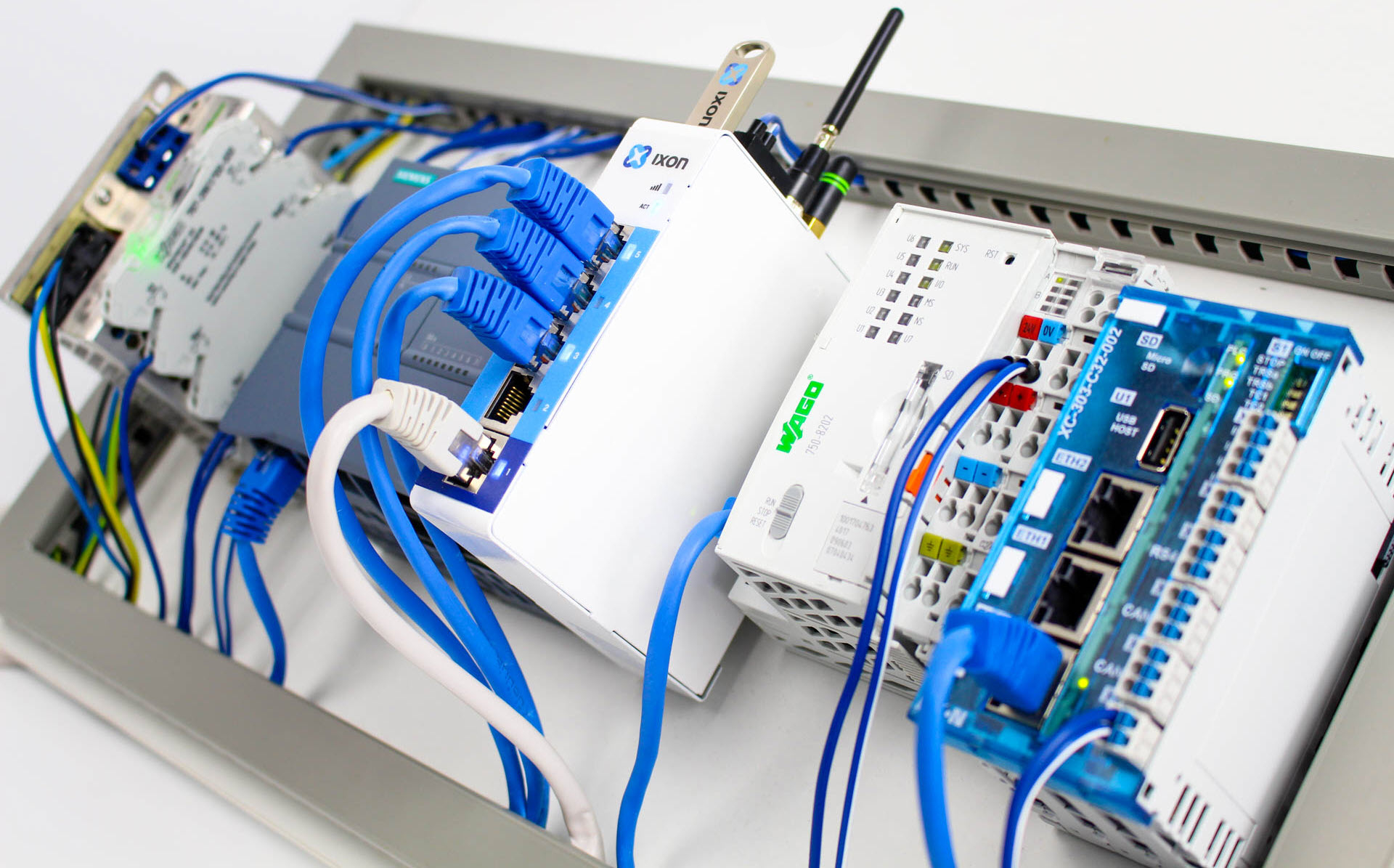 IXrouter (edge gateway) connected to PLC of Wago / Siemens - IXON Cloud
